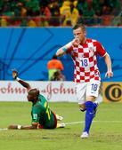高清图:克罗地亚VS喀麦隆 奥利奇门前抢点破门