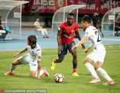 高清:深足主场1-1新疆 奥巴西突破遭严防死守