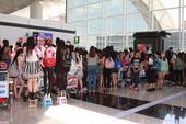 搜狐娱乐讯 韩国人气组合JYJ今日离港返韩,现场约有300名粉丝一早守候机场等候偶像,他们自备相机、...