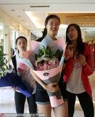 高清:女排抵达宁波北仑基地集训 大批球迷追捧