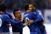 高清图:申花4-0苏宁 特维斯中超首球拥抱莫雷诺
