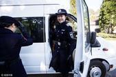 爱笑的叶露露是浙江省杭州市西湖女子巡逻队的一员。去年,当她们第一次在西湖边亮相时,曾经轰动一时,网友...