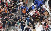 高清图:球迷又双��乱战 闹事球迷失足坠落看台