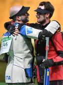 高清图:意名将50米三姿再摘金牌 兴奋拥抱亚军