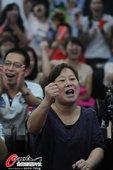 高清图:李雪芮家人见证女儿封后 母亲激动不已