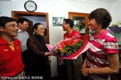 高清图:父母庆祝徐莉佳夺冠 上海副社长送鲜花