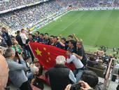 高清图:中国国米球迷亮相梅阿查 共举国旗合影
