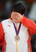高清图:佟文收获女柔铜牌 强忍泪水仍笑脸示人