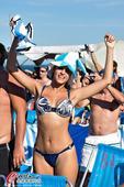 高清图:阿迷海滩观战 比基尼美女欢庆晋级四强