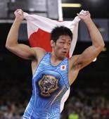 高清:男跤66公斤级日本夺冠 身披国旗自由飞翔