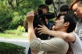 图文:李治廷亲自扛摄像机拍摄