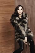 搜狐韩娱讯 韩国女艺人赵允熙近日为她代言的某服装品牌拍摄了冬季广告写真,展示了多款今冬将流行的服装。...