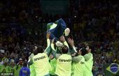 高清图:巴西男排勇夺奥运会冠军 众将喜极而泣