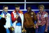 高清图:女子拳击美国摘金 李金子负伤上领奖台