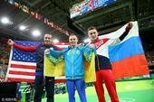 组图:乌克兰选手双杠夺冠 身披国旗咬金庆胜利