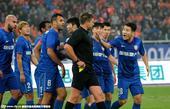 高清:舜天队员怒了 被连判两点球围裁判讨说法