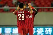 高清图:上港2-1绿城 埃弗拉破门击掌队友庆祝