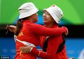 组图:射箭1/8淘汰赛吴佳欣胜齐玉红 赛后拥抱