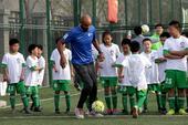 西甲推广大使卡努特现身北京 与小朋友踢球(图)