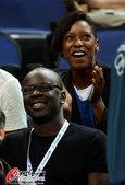 高清图:女篮决赛美胜法 图拉姆于场边加油助威