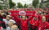 高清图:欧联杯决赛球迷疯狂助威 演绎红蓝大战