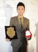 图文:2011搜狐视频电视剧盛典后台——李晨与小狐狸合影