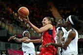高清图:美国女篮大胜安哥拉 陶乐西夹缝中上篮