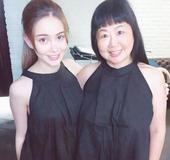 搜狐娱乐讯 日前,一组昆凌和妈妈的照片曝光,令人惊讶的是,昆凌的妈妈与女儿的混血脸孔大不相同,长着一...