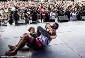 组图:UFC193户外赛男女同台 抱摔锁喉各出其招