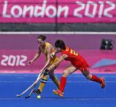 高清图:女子曲棍球中国第6名 女将奋力争抢球