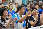 天津女排与吕小军同看中国女排 共同庆胜利(图)