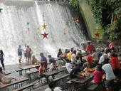 据英国《每日邮报》6月16日报道,位于菲律宾奎松省的水牛城是有名的庄园式度假区,而它的瀑布餐厅更使其...