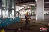 6月2日,施工中的昆明南站候车层。当日,据昆明南站施工方负责人介绍,目前昆明南站整个工程进入收尾阶段...
