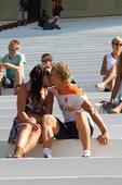 前方图:荷兰队家属观看训练 库伊特与娇妻激吻