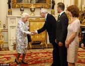 高清图:小贝赴贝金汉宫 与女王同关爱年轻一代