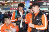 高清:鲁能出征球迷送行 王大雷王永珀吃冰淇淋