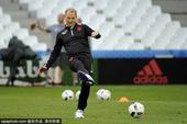 高清图:阿尔巴尼亚球员展露笑颜 主帅小炫球技