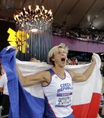 高清图:女子标枪捷克折桂 冠军披国旗怒吼欢庆