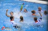 高清图:夺得铜牌跳下水庆祝 戴利池中美女簇拥