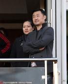 高清:李娜姜山助威国安战恒大 包厢外依偎观战