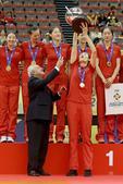 高清:女排大冠军杯登顶 朱婷高举奖杯心情激动