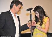 图文:《长翅膀的猪》获最受观众欢迎奖 导演和女演员上台
