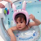4月6日,贾静雯在微博晒出女儿咘咘最近去游泳的照片,在水中漫步的咘咘戴着可爱的泳圈,美出新高度。