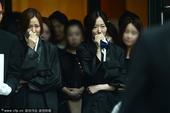 2013年7月14日讯,首尔,14日,孙泰英父亲出殡。孙泰英一身黑衣难掩悲痛心情,痛哭不止,而老公...