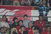 高清:郜林娇妻与友人看台助阵 条纹衬衫抢足镜