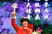 2016年2月15日,郎平获年度人物现身领奖,手举奖杯捧鲜花。