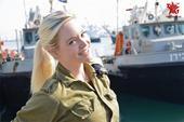 以色列由于历史原因,与周围国家长期不和处于冲突状态。因国土面积小,人口少,整个国家基本是草木皆兵。以...