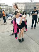 """搜狐娱乐讯 日前,海清曝光了一组街拍花絮。在拍摄休息的空挡,海清当起摄影师给随行的工作人员拍起""""时尚..."""