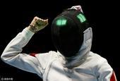 高清图:中国女团进重剑决赛 孙一文举拳庆胜利