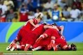 高清图:德国女足胜瑞典首夺金牌 张臂拥抱庆胜